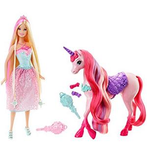 Monta a Barbie en su unicornio precioso con su pelo de color rosa y alisa el pelo del animal con su peine incluido en la caja.